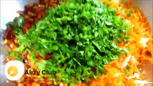Все подготовленные овощи тщательно смешиваем в миске