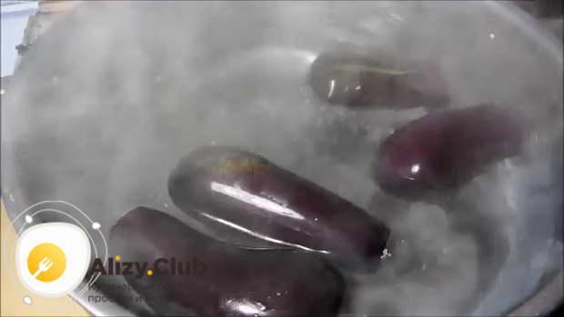 Кладем овощи в кастрюлю с кипящей водой
