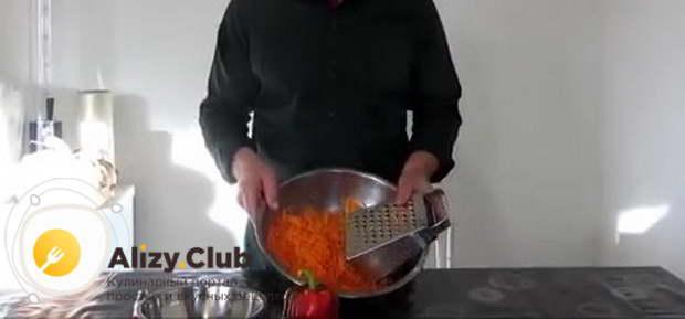 натираем на крупной терке килограмм моркови