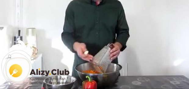Чеснок (20 зубчиков) чистим и натираем на мелкой терке
