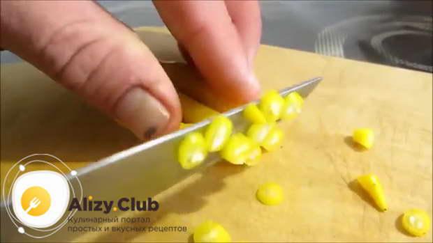 Мелко нарезаем несколько острых перчиков
