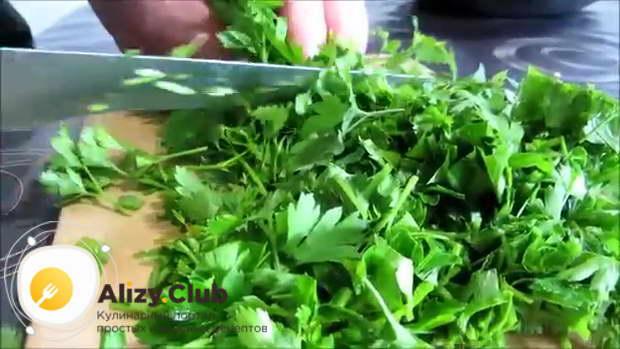Половину большого пучка петрушки (зелень) промываем