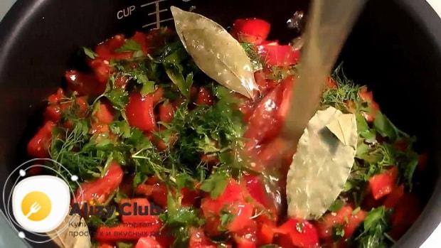 Для приготовления гарнира из гречки с луком и морковью, добавьте бульон.