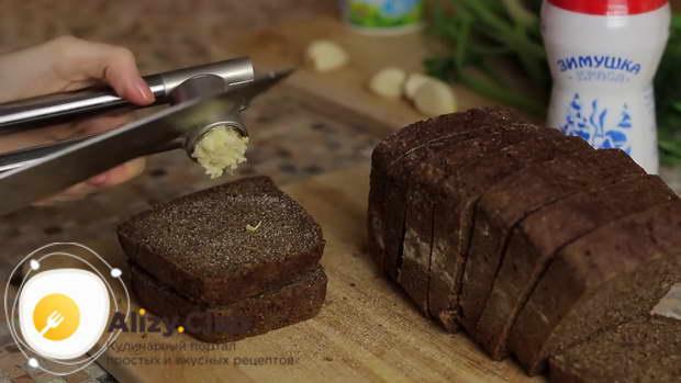 С двух сторон срезать корочки с буханки черного хлеба
