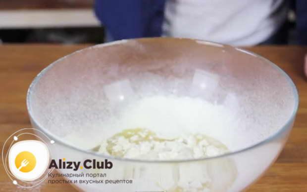 Добавьте в нее щепотку соли, 100 мл растительного масла и 50 мл воды