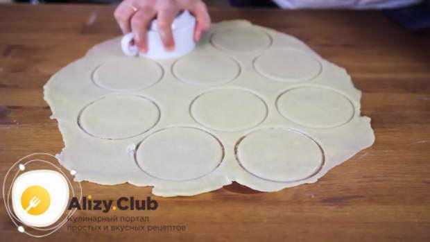 Выложите их в углубления формы и хорошо утрамбуйте пальцами