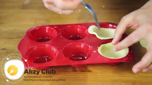 С помощью чашки, диаметр которой больше диаметра отверстий формы