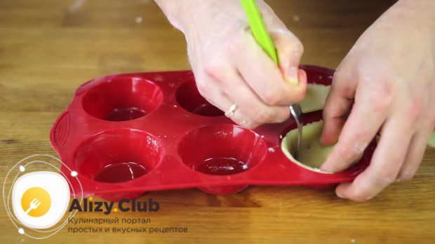 Проколите вилкой тесто в каждом углублении в нескольких местах