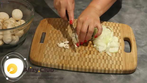 Очищенные шампиньоны нарезаем тонкими пластинками