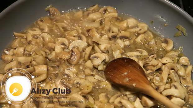 Подрумянившиеся грибы смешиваем с четырьмя столовыми ложками жирной сметаны