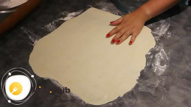 Полкилограмма готового слоеного теста раскатываем в квадратный тонкий пласт