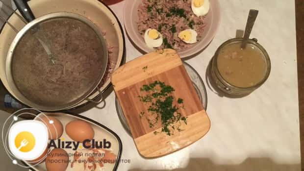 Для приготовления холодца из индейки нарежьте мясо