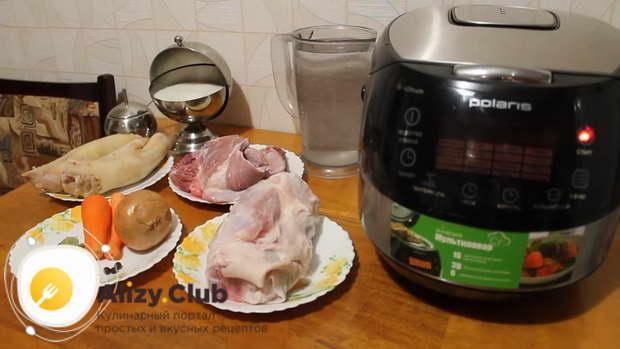 Перед началом процесса варки холодца, замачиваем мясо в холодной воде на 2-3 часа