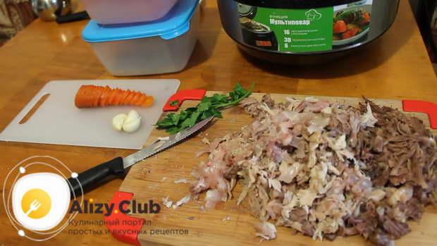 Одну из варившихся в бульоне морковок нарезаем тонкими колечками