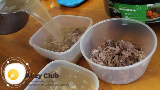 Аккуратно заливаем подготовленные ингредиенты получившейся бульонной смесью