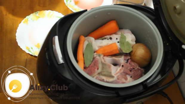 Туда же выкладываем цельную луковицу в шелухе и очищенную морковь