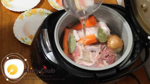 Заливаем мясо холодной чистой водой