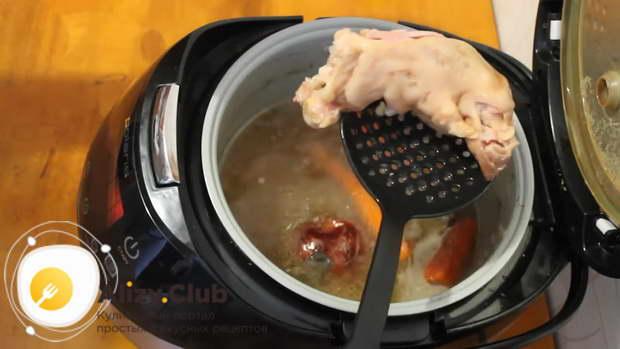 Спустя данное время вынимаем мясо и овощи из чаши и выкладываем их на тарелку