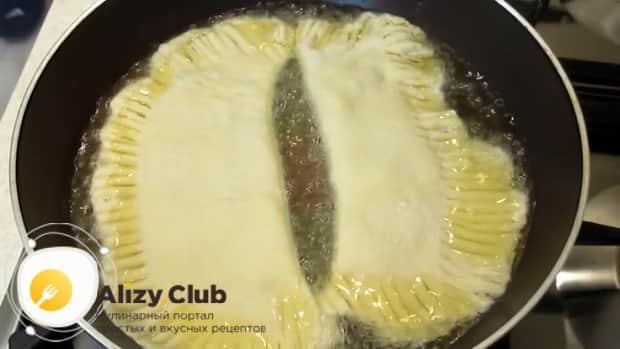 Обжарьте чебуреки приготовленные из теста на кефире.