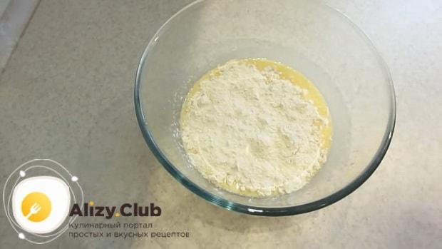 Для приготовления теста для чебуреков на кефире добавьте муку