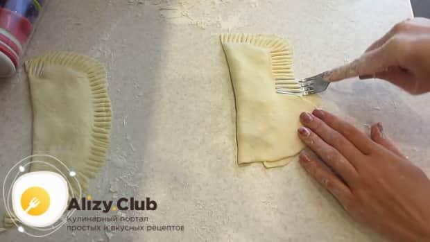 Залепите тесто для чебуреков на кефире вилкой