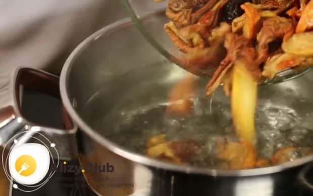 По рецепту. для приготовления компота из сухофруктов, выложите сушку в кастрюлю
