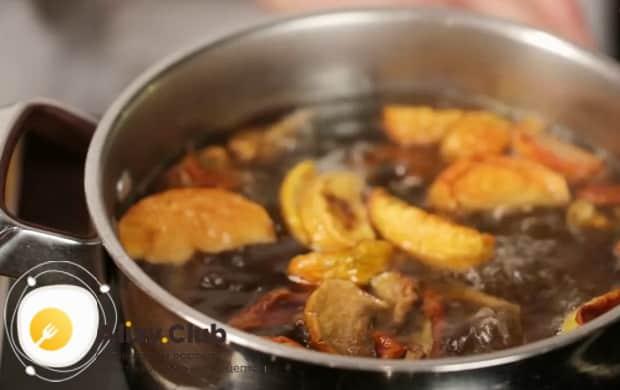 По рецепту. для приготовления компота из сухофруктов, добавьте сахар