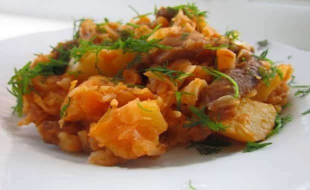 Как приготовить тушеную капусту с картошкой и мясом по рецепту с фото