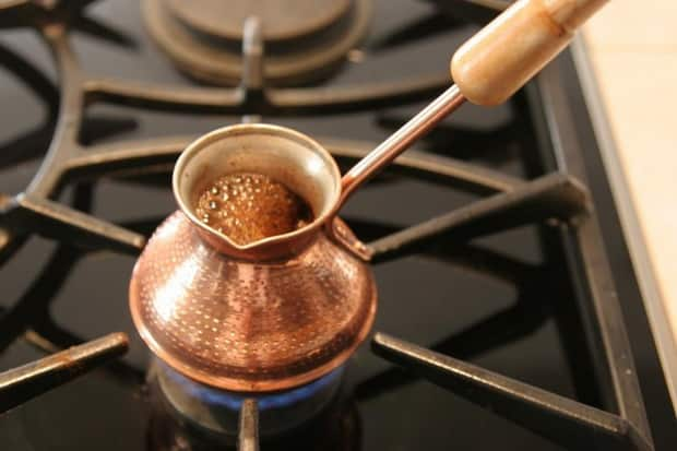 Заварите кофе с корицей, смотрите простой рецепт