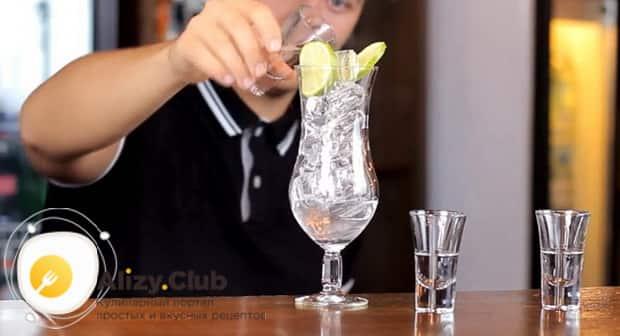 Для приготовления коктейля лонг айленд нарежьте лайм