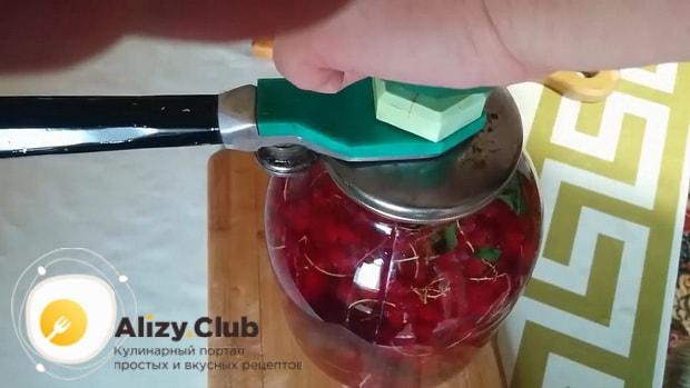 По рецепту для приготовления морса из красной смородины закатайте напиток в банку.