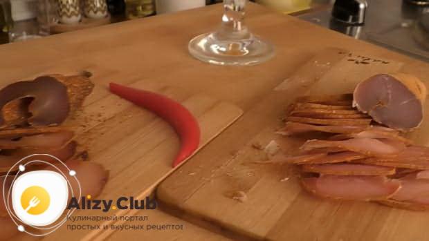 Куриная бастурма подается на стол в качестве закуски