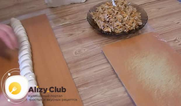 Для приготовления вареников с квашеной капустой и салом, нарежьте тесто