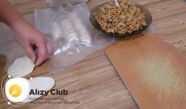 Для приготовления вареников с квашеной капустой и салом, раскатайте тесто