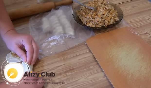 Для приготовления вареников с квашеной капустой и салом, выложите начинку