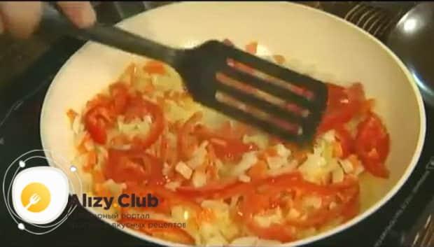 Для приготовления макарон с овощами по итальянски, обжарьте овощи