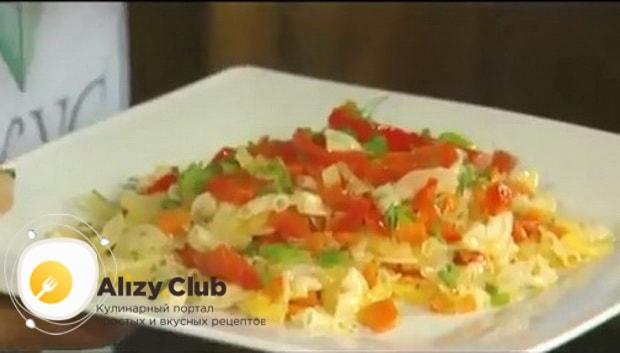 Для приготовления макарон с овощами по итальянски, нарежьте зелень