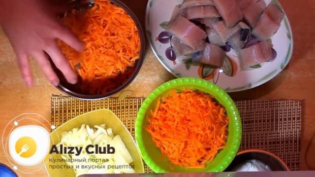 Для приготовления минтая тушеного в сметане с луком подготовьте овощи