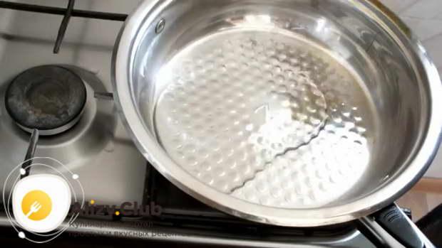 Налейте в сковороду ложку масла