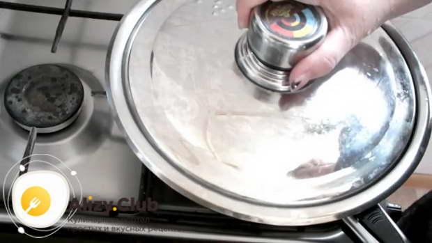 Жарьте еще 2 минуты, накройте сковороду крышкой