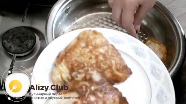 Выложите готовую рыбу на тарелку и подавайте к столу
