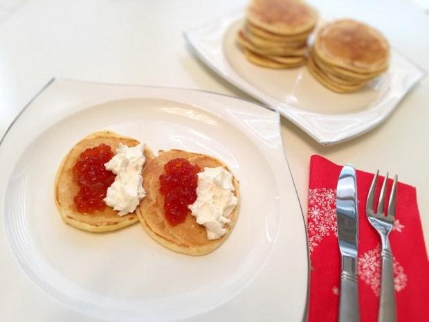 Для приготовления закуски с красной икрой по пошаговому рецепту с фото, подготовьте и украсьте оладьи