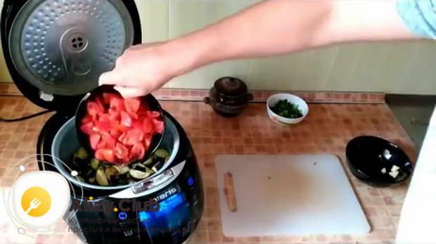 В чашу мультиварки отправляем нарезанные картофель