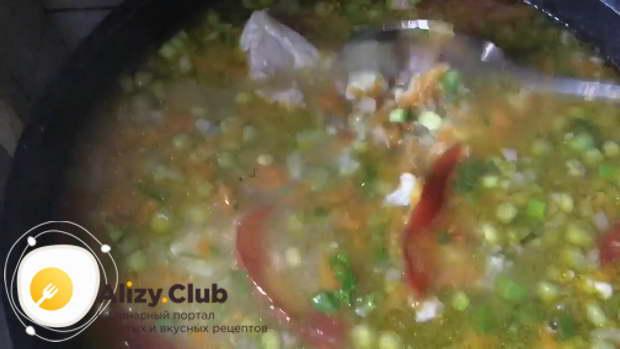 Когда бульон снова закипит, солим и перчим блюдо в соответствии с личными вкусовыми предпочтениями
