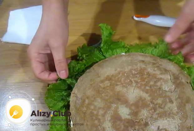 печеночный торт можно посыпать зеленью или сделать майонезом рисунок