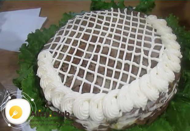 Готовый печеночный торт из куриной печени нужно поставить на холод на 3-4 часа