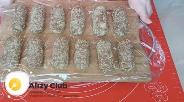 Для приготовления пирожного картошка из печенья, выложите заготовки на доску.