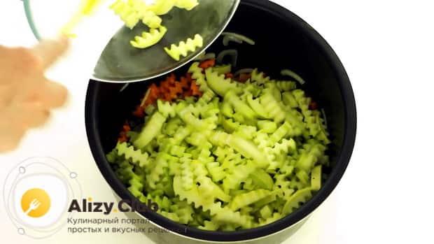 Для приготовления овощного рагу с кабачками в мультиварке, нарежьте кабачки