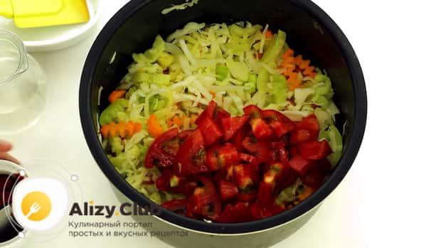 Для приготовления овощного рагу с кабачками в мультиварке, нарежьте помидоры