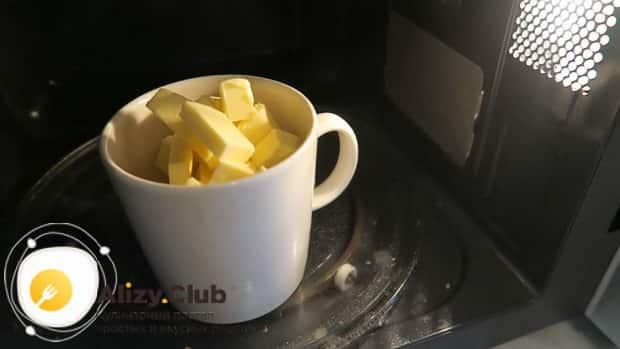 Для приготовления бананового хлеба в хлебопечке, растопите масло